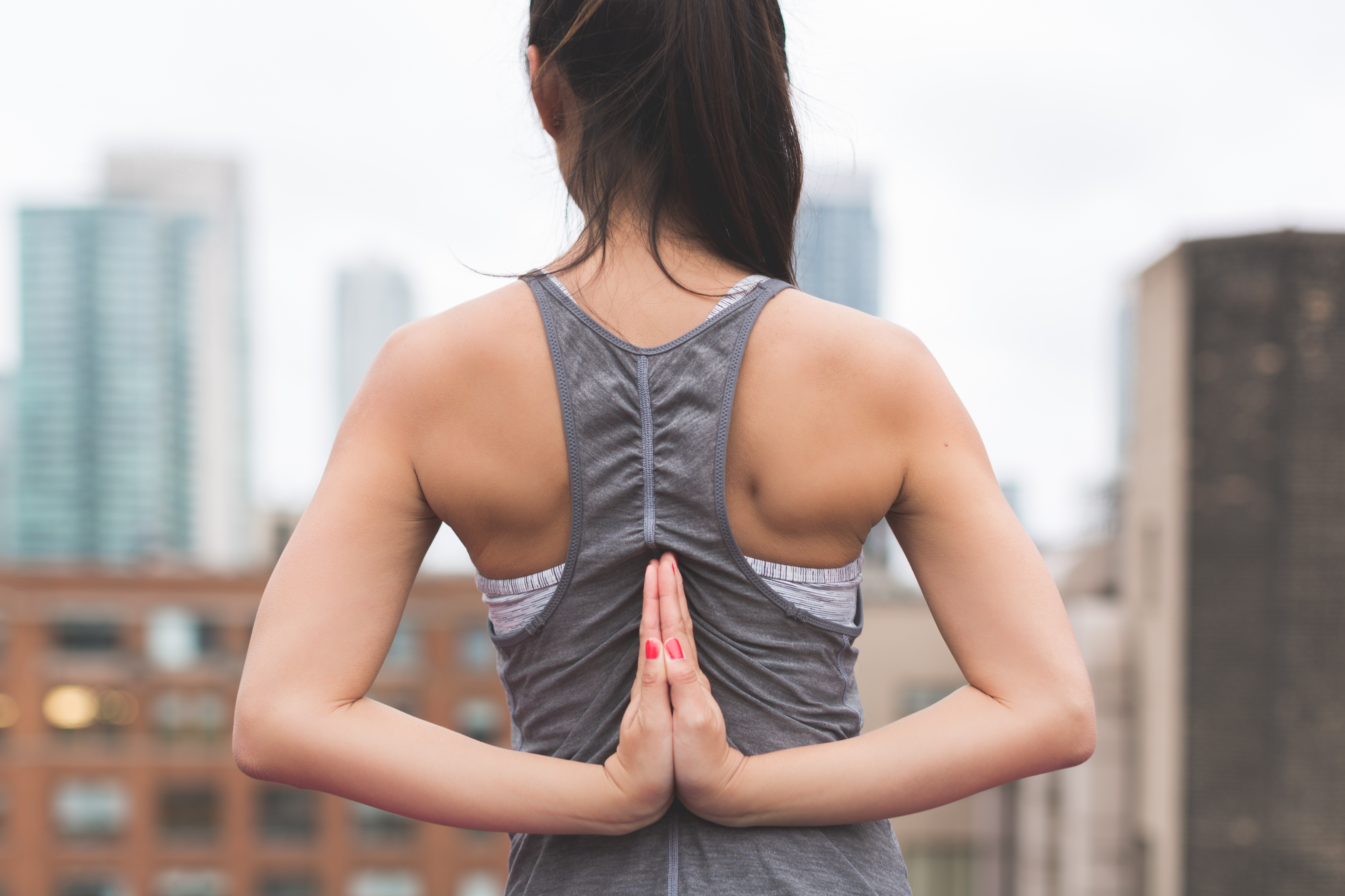 A female athlete practicing the key benefits that meditation has for athletic performance